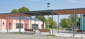 Schönwald: Die Pergola begrenzt den Platz als luftiges Rankgerüst. (Foto: Michael Miltzow)