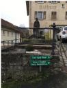 Rathausvorplatz mit Stützmauer und Brunnen