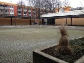 München-Neuaubing: Moderner Kreuzgang hinter der Kirche St. Markus